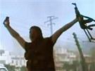 Jeden z protivl�dn�ch bojovn�k� slav� �sp�ch v boji se Syrskou arm�dou ve m�st�