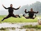 Vojna jako �emen. �ín�tí vojáci ská�í v rozbahn�ném terénu b�hem vojenského...