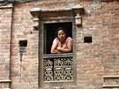 Nuda v okn�. Nepálka kouká z okna svého domu ve starobylém m�st� Bhaktapur,...