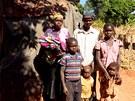 Ve vesnici Nhunha m�la mise �sp�ch. Lid� hrd� p�zuj� p�ed vchodem sv�ch