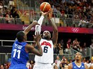 Amerian Lebron James stl pi basketbalovm utkn proti Francii. (29.