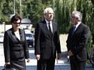 Předseda Akademie věd Jiří Drahoš (uprostřed) přichází na pohřeb vědce Antonína