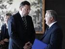Premiér Petr Nečas s bývalým ředitelem Ústavu organické chemie a biochemie