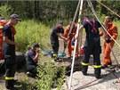 Hasiči vytáhli zraněného muže pomocí trojnožky a kladkostroje. (20. července