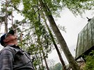 Libor Navrátil kouká na buk, který zachránil jeho chatu v Osadě vycházejícího
