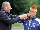 Atletický trenér Viktor Borsik učí redaktora MF DNES Tomáše Poláčka házet koulí