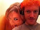 Fotografie Jamese Holmese s obarven�mi vlasy na internetov� seznamce pro dosp�l�