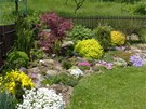 Roh zahrady záři kvetoucími barevnými koberci, pohled od domu musí být úžasně...