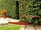Vchod do užitkové části zahrady a na louku je vybudovaný v živém habrovém plotu.