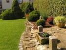 Pečlivě udržovaný trávník je stejně pečlivě oddělen od vydlážděných částí a...