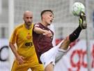 Sparťanský stoper Švejdík odopává míč před Vorlem z Dukly  v utkání prvního