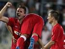 Brněnský obránce Šoljič (vlevo) se raduje se spoluhráči po vítězství na Slovácku