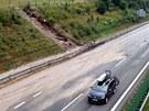 Sobotní bouřka podemlela část dálnice D11 na 76. kilometru. Voda naplavila