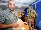 Vladimír Kosnar ukazuje, podle čeho poznal sochu sv. Rocha.