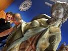 Farář Petr Řezáč podepisuje předání sochy ukradené z kostela sv. Vavřince v