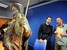Kriminalista Vladimír Košnar předává faráři Petru Řezáčovi sochu ukradenou z