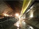 V nafouklém žlutém vaku - lutně - se přivádí čerstvý vzduch do tunelu. Vedle něj je na stěně připevněn pásový dopravník, který transportuje rubaninu od razícího štítu do stavební jámy Červený Vrch