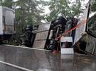 U Horního Žďáru na Jindřichohradecku blokoval silnici převrácený kamion, který