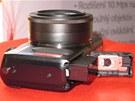 Prostor pro baterii a paměťovou kartu u Canonu EOS M