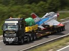 Stíhačka MiG-21 převážená z Prahy do Ostravy na dálnici u Olomouce.