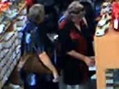 Fotografie z kamerového záznamu dvou žen, které policie podezírá z krádeže