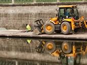 Budování nové náplavky s promenádou u Labe v Hradci Králové (25. července 2012)