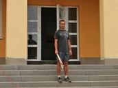 V Rychvaldu vyrůstá Senior Park. Dělník stojí před vstupem do atriové budovy s