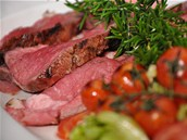 Hov�zí o�ech p�ipravený jako vysoký steak a pokrájený na plátky