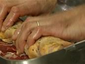 Maso zabalte do ruličky, roládu přitom pevně stahujte, aby se nerozpadala.