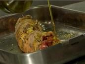 Roládu ještě pokapejte olivovým olejem a je připravená k pečení.