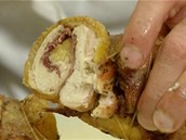 Perlička di Amo, tedy roláda z vykostěné perličky, plněná sušenou šunkou, po...