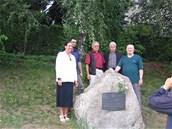 Milan Riehs (vpravo) p�i odhalen� pam�tn� desky Franti�ku Vincenci Kram��ovi na