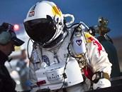 Z fyzikálního hlediska Baumgartnerovi do oficiální hranice kosmu ve 100 km
