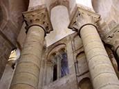 V�ha stavby spo��v� na 14 pil���ch chr�mov� lodi a transeptu (= p���n� chr�mov�