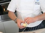 Daniel Clifford omotává bramborovými nudlemi vejce.