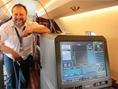 Měřicí přístroj Unfis 3000 v interiéru Cessny 560XL a vedoucí Referátu letové