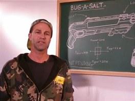 Lorenzo při předváděčce své pušky na mouchy