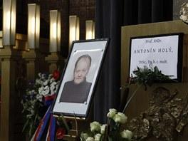 Síň strašnického krematoria před pohřbem Antonína Holého.