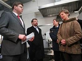 Ministr spravedlnosti Ji�� Posp�il p�i rozhovoru se starostkou Vy�n�ch Lhot