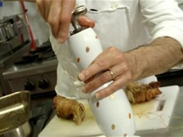 Podle chuti porci opepřete čerstvě mletým pepřem.