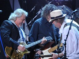 Neil Young & Crazy Horse (zleva Frank Poncho Sampedro, Billy Talbot, Neil