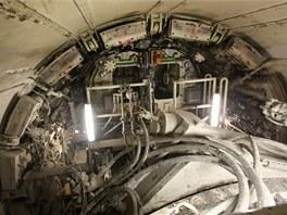 Pod pláštěm štítu je po celém obvodu 16 dvojic pístů, které generují maximální přítlak na čelbu o velikosti 39 000 kN. Písty tlačí na osazené tubinky tunelu, které tím dotlačí (spojené jsou už cca 30 cm dlouhými šrouby) podobně jako kostky lega.