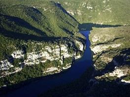 Kaňon Verdon v jižní Francii začíná za městečkem Castellane a táhne se mezi