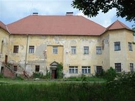 Z�me�ek v obci ��ov� u P�sku si lze koupit za 3,4 milion� korun. V z�me�ku