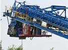 Kolos vysoký 31 metr� a dlouhý 75 metr� se nyní pohybuje po silnici, kterou...
