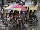 Tajfun Saola seslal v pond�lí ve�er na severovýchod Filipín silné bou�e....