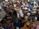 Ze svých domov� muselo p�ed bou�kami utéct tém�� 150 tisíc Filipínc�.