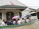 Obyvatelé Almacen town projí�dí ulicemi a zji��ují, jaké �kody bou�e zanechala.