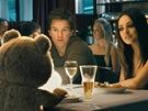 Mark Wahlberg a Mila Kunisová ve filmu Méďa