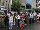 Obyvatelé Dillí čekají v ulicích, až se rozjede metro. Zastavilo se kvůli